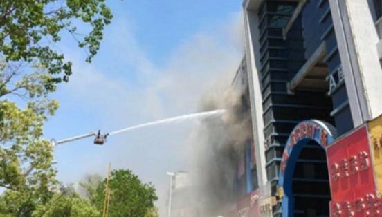 合肥商場失火消防車救援