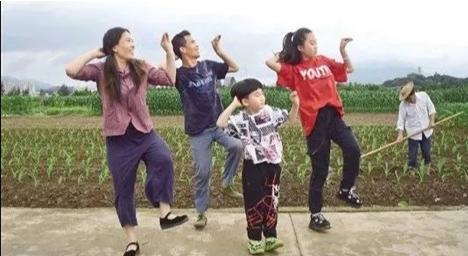 夫妻田間跳自創舞