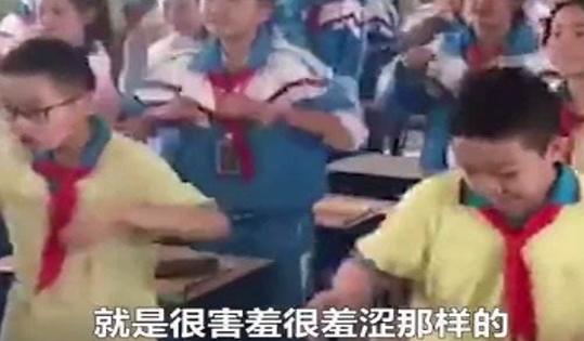 老师带小学生在课堂上跳魔性舞蹈!