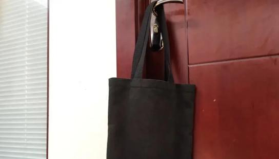 """新型偷拍""""神器""""黑色袋子"""