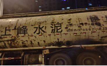 无锡一小区业主阻止偷排槽罐车逃逸被撞身亡