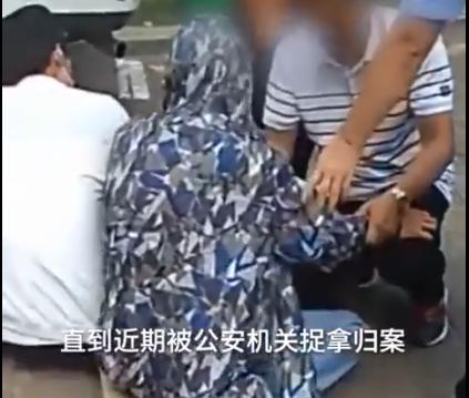 逃犯被警方抓捕归案,途中向父母下跪认错