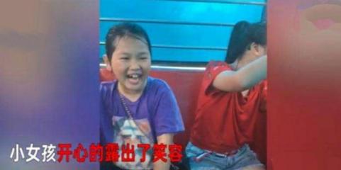 两女孩摩天轮上遇暴雨,相互加油打气