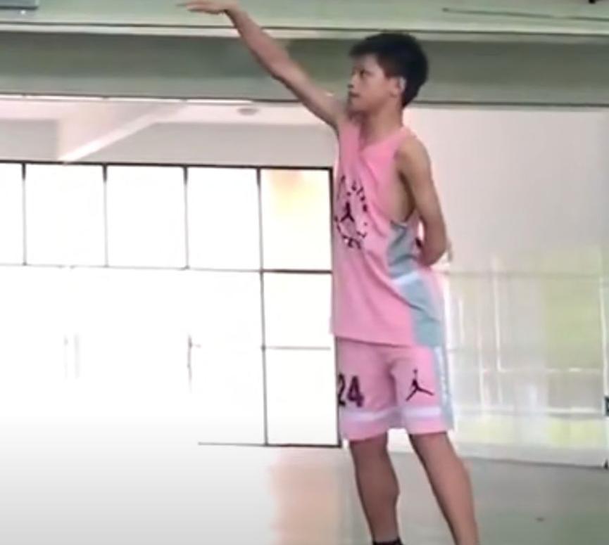 广西独臂少年运球如飞,每天凌晨四点就练球