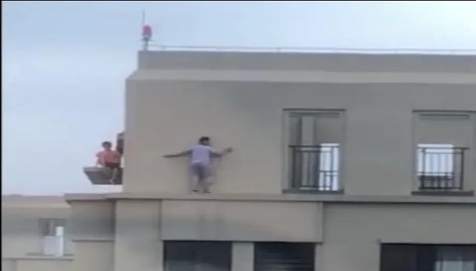 孩子们上演惊心动魄,完全没有安全意识,纷纷楼顶上玩耍