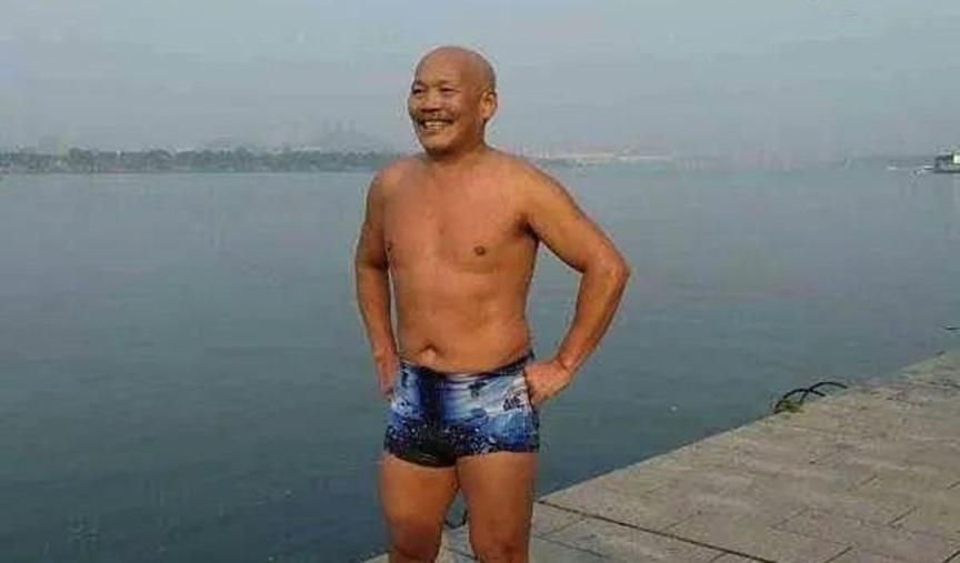 4人被卷入深海区,67岁大爷下水营救,所有人都安全上岸