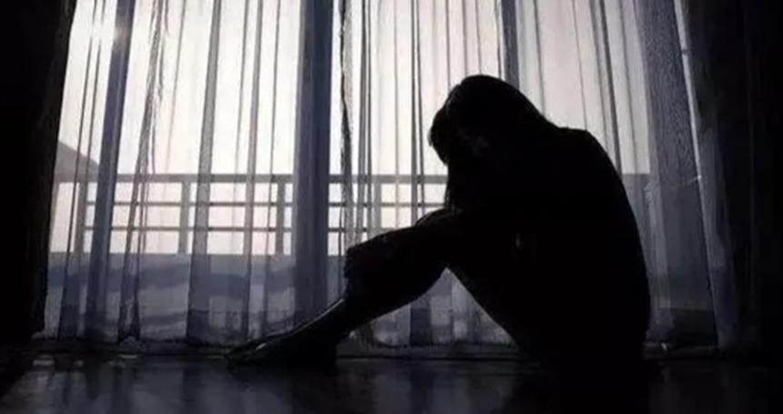 11岁女孩被引诱强奸,事后还怀孕,但就是不肯离开