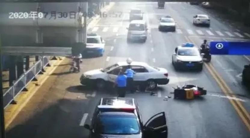 出租车司机违反交通规则,与外卖小哥相撞,导致小哥全身多处受伤