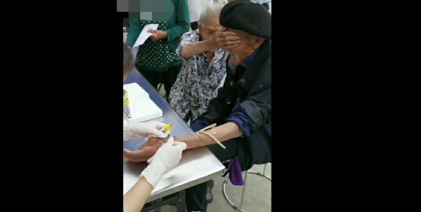 老年的爱情,奶奶一个动作,让爷爷不怕抽血