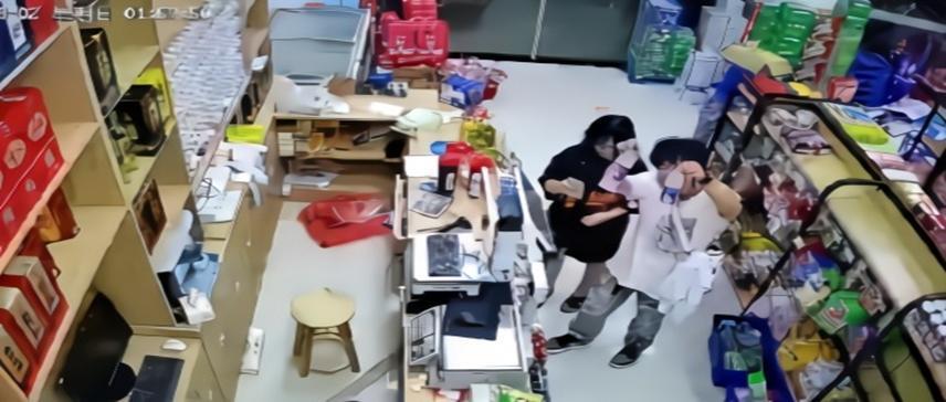 超市老板救援回來,發現店里留下多張紙條