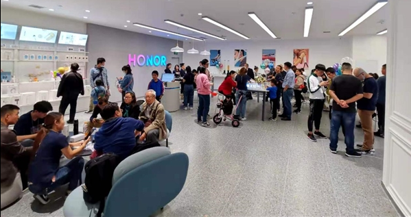 新荣耀独立进行时:实体店铺开 为5G手机竞争开路