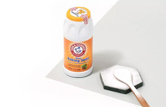 """很多人對小蘇打的印象還停留在發面、烘培方面,作為食品添加劑,它可以讓面包糕點變得更加松軟可口。但其實它還具備著驚人的去污能力,是居家清潔的""""神器"""",是名副其實的""""萬能粉""""。一般的清潔劑的化學殘留讓人擔憂,而萬用的小蘇打高效清潔而且天然安全。在這個推崇環保與健康的時代,越來越多的消費者青睞于使用純天然的產品進行清潔。純天然的艾禾美小蘇打,便成為諸多消費者的首選。 """"萬能粉""""登場 污漬去無蹤 作為擁有170余年歷史、家喻戶曉的美國品牌,艾禾美小蘇打拒絕化工合成,采用全天然礦物質,純度高達99.9%??梢杂行コ吖砻娴母鞣N化學殘留物。粉狀的小蘇打能均勻的覆蓋莖葉及果蔬表面,吸附雜質、溶解農殘,讓蔬果清爽干凈、入口安全。最重要的是,艾禾美小蘇打無任何化學添加,清洗無殘留、不刺激,是可食用級別的天然安全清潔劑。 艾禾美小蘇打有著極強的清潔能力,只要正確使用,再多的污漬都不在話下。一瓶艾禾美小蘇打,家居清潔全搞定。地板、浴缸、衣柜、洗衣機、窗簾、毛巾……無論是家具、家電還是日用品,艾禾美小蘇打都能輕松清潔,一抹去漬,不傷物體表面。 烹飪、清潔與祛味,生活中的全能選手 你是否苦惱于日常的蔬果清洗,即使用大量水沖洗并揉搓表面依舊不能保證沒有農藥殘留?有了艾禾美小蘇打,再也不用擔憂了。只需要微微打濕蔬果,撒上適量小蘇打,用手揉搓后沖洗,即可清除農殘,簡單又安心。 可食用級別的艾禾美小蘇打安全無害,用來清潔食物和鍋碗瓢盆再適合不過。而對于廚房衛浴表面污漬的清潔更是不用多說,不管是灶臺、水龍頭、浴缸,只用撒上艾禾美小蘇打的百潔布輕輕擦拭臟污表面,就能瞬間去除水漬、污垢。 另外,小蘇打的弱堿性和吸附性還可以起到除濕祛味的效果。在開口器中裝下小蘇打粉,再放入冰箱靜置一晚,冰箱里的異味就消失了;艾禾美小蘇打放入紗布包,天然的干燥祛味劑就做成了,能有效祛除梅雨季櫥柜里的潮氣、霉味。 艾禾美小蘇打是最神奇的家居助手:做菜的時候是食品添加劑,增亮菜色、讓烘焙錦上添花;做清潔的時候是去污劑,有效清潔、不傷物體表面;還可以做干燥劑、除味劑,除濕祛味,更能貼心幫助個人護理,真是當之無愧的""""萬能粉""""! 每個家庭潔凈、安全和健康的高品質生活,少不了艾禾美小蘇打! 你以為這就是艾禾美小蘇打的全部?那就大錯特錯了!艾禾美小蘇打有100多種用法,不同場景、超多妙用,等你來探索!還等什么,快帶艾禾美小蘇打回家吧!"""