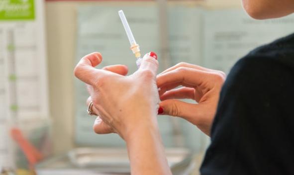 美国FDA建议暂停接种强生新冠疫苗