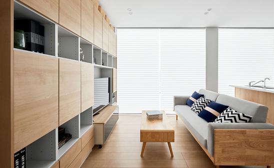 """近日,松下住空间与家居工业软件企业三维家于广州建博会上签订战略合作协议,双方将共建""""家装BIM系统"""",利用三维家的BIM解决方案,以更低成本、更高效率地解决从设计到交付的难题,实现家居装修全流程的数字化。 随着8090后、甚至是00后已成为家装行业消费的主力军,其消费需求逐渐走向个性化、多元化,如何省时、省力、省心地装修一个家成为核心需求。在这种消费逻辑的驱动下,一切与家相关的家装产品的多品类集成,催生了整装概念的兴起并聚力形成一股行业大潮。 然而在整装发展进程中,发展机遇与行业短板似乎同时存在着。机,在于消费者一站式购齐和""""拎包入住""""的需求,为具有整合行业上下游供应链能力,提供从材料、产品到服务施工全流程的家装企业带来巨大的市场价值空间。而难点,则在于产品、技术、服务的整合并没有想象中的简单,从一张设计图纸开始延伸户型设计、水电布线,到报价、算量、施工,都可能出现数据不对称而导致装修结果千差万别,影响消费者体验。 作为深耕家居行业的工业软件领导者,三维家深刻了解到行业的痛点所在,早在数年前就开始布局BIM整装解决方案。通过精准户型识别、实时碰撞检测、精准描绘施工图纸、智能水电布线、一键输出预算报价、设计变更同步施工修改等核心功能,通过集合多元信息模型,将图纸、预算、报价等信息孤岛一一连通,使工艺图纸标准化输出,并且能够快速落地,为家装企业提效增收,推动家装行业实现全流程的数字化。 此次松下住空间与三维家的强强联手,也许会为整装行业的数字化立下标杆。 创立百年,来自日本的跨国知名企业松下一直以""""A Better Life, A Better World""""作为品牌口号,产品服务跨越家用电器、住宅设施、空调设备、数字通信、工业自动化设备等众多领域。 在家居方向,除了为消费者所熟知的家用电器板块,住宅设施同样是松下的重点发展领域——松下装修在日本已有62年的发展历史,仅在2019年,松下在日本就承接了20,990栋家装住宅项目,是日本家装用户的不二之选。 旗下的松下住空间以松下产品为核心,不仅传承了日本专业的施工工艺和严谨的日系装修流程,还针对国人的需求进行了装修的本土化设计与产品改造,提供包含自主家用电器设备的全屋家装方案。 松下住宅设备BU整装事业总括姚百青部长介绍道,松下住空间拥有产品一站化、工艺人性化、服务规范化的三大优势,坐拥全链路的松下产品和松下光、水、空气全套智感系统,能够一站式解决消费者的装修困扰,专属定制符合消费者需求、健康环保、灵活多变且富有充足收纳空间的全生命周期家装提案,同时具备设计能力、整合服务能力,能为消费者做到真正意义上的""""拎包入住""""。 经过市场调研与多方参考对比,松下住空间与三维家在2020年8月达成全屋定制产品前后端一体化的对接合作。在双方的共同项目攻坚下,今年4月顺利上线,实现了门店设计——工厂审单——数控生产——齐套出库等全流程系统管理,以一张图纸、一个软件打通全屋定制全流程。 2021年,松下正式进军国内整装市场。此次是双方在此前合作基础上的深化,双方将共建""""家装BIM系统"""",围绕""""轻设计,省施工,实现设计安装制造一体化""""的理念,利用三维家的BIM解决方案,以更低成本、更高效率地解决设计到交付的难题,助力装修流程的数字化。 """"家装是个巨大的市场,但家装的工业化是个世界性的难题。""""三维家CEO蔡志森表示:""""松下多年前就已开始做装配式内装,日本家装的标准化程度也很高。但因为中国房屋是高度非标的,所以家装标准化还有很长的路要走。"""" 蔡志森期待能与松下住空间携手,使个性化内装能实现工业化:""""三维家过去9年钻研技术研发,积累了丰厚的CAD建模能力、渲染能力,提高数控机床的智能制造能力。我相信这是松下这样的全球性企业选择与三维家合作的原因。三维家希望在技术上为松下住空间全面赋能,一起提升家装行业效率。"""" 松下住宅设备BU整装事业总括姚百青部长对双方的未来合作同样表示期待:""""三维家的BIM解决方案将能解决家装服务过程中的众多痛点问题,我们希望将松下的技术理念与商品标准与三维家BIM系统融合,让家装更加的标准化、数字化、规模化,为消费者提供更好的整体生活提案。"""""""